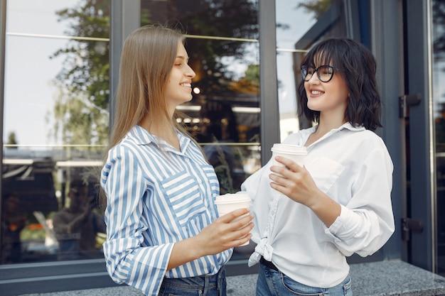 Ragazze di moda in piedi in strada Foto Gratuite