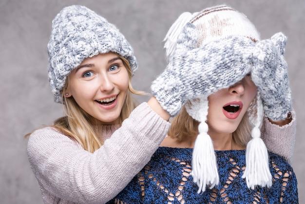 Ragazze di vista frontale con guanti invernali Foto Gratuite