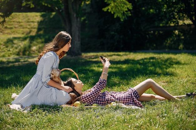 Ragazze eleganti e alla moda in un parco di primavera Foto Gratuite