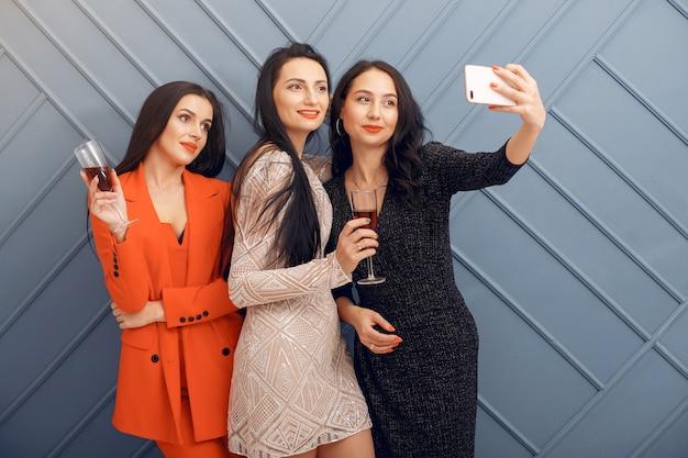 Ragazze eleganti festeggiano in studio Foto Gratuite