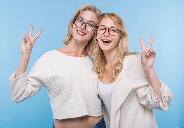 Ragazze felici con gli occhiali insieme Foto Gratuite
