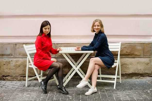 Ragazze freelance che lavorano per strada Foto Premium