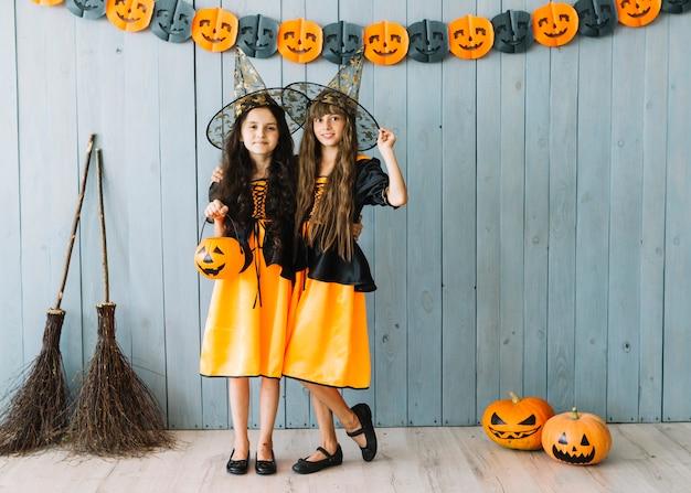 Ragazze in costumi di halloween con cappelli a punta in piedi ... 5361c1d501f