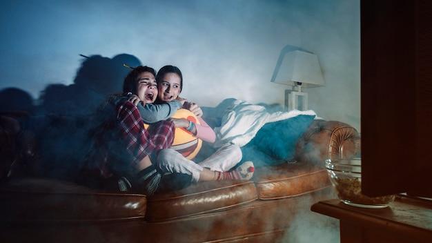 Ragazze urlanti che guardano film horror Foto Gratuite