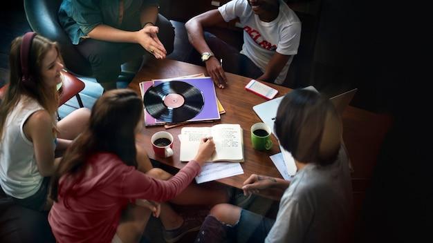 Ragazzi che studiano insieme Foto Premium