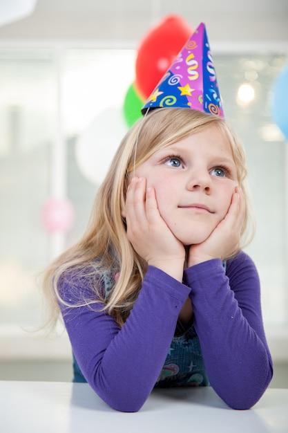 Ragazzi e ragazze che godono della festa di compleanno Foto Premium