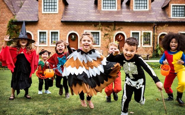 Ragazzini alla festa di halloween Foto Premium