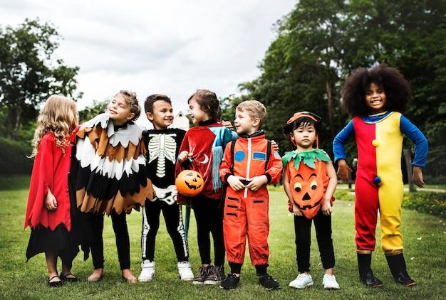 Ragazzini alla festa di halloween Foto Gratuite