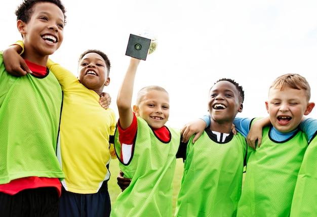 Ragazzini sul campo che celebrano la loro vittoria Foto Premium