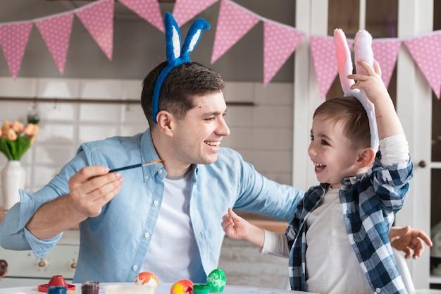 Ragazzino adorabile che gioca con il padre Foto Gratuite