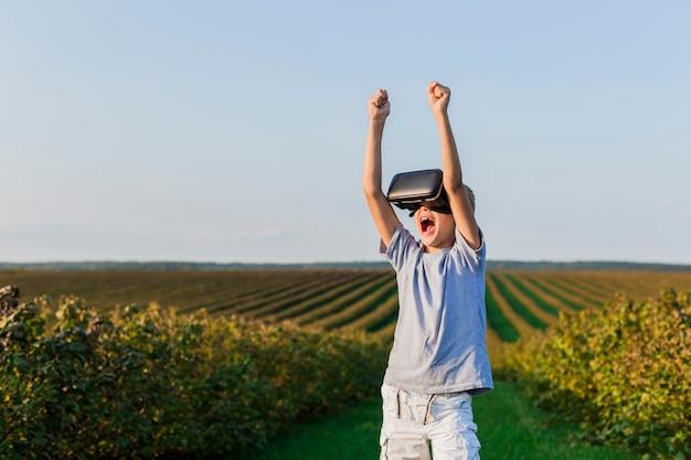 Ragazzino adorabile che si diverte con gli occhiali di realtà virtuale Foto Gratuite