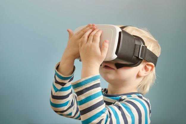 Ragazzino biondo con gli occhiali della realtà virtuale. Foto Premium