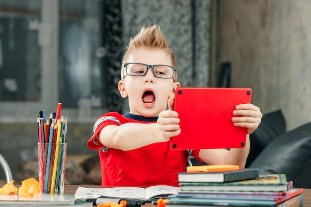 Ragazzino che fa i compiti a scuola. Foto Premium
