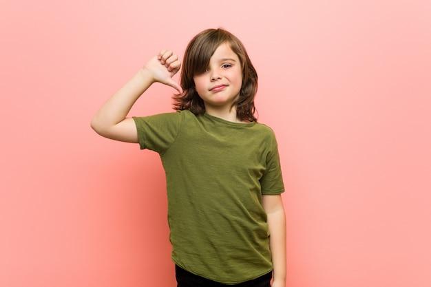 Ragazzino che mostra un gesto di antipatia, pollice in giù Foto Premium