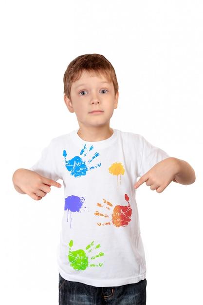Ragazzino che punta le dita su una maglietta bianca Foto Premium