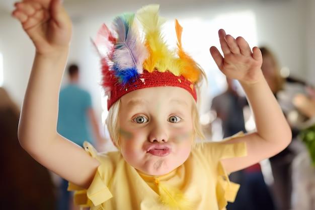 Ragazzino coinvolto nello spettacolo di teatro per bambini studio nel ruolo dell'indiano americano. Foto Premium