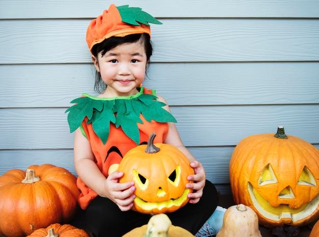Ragazzino con la zucca di halloween Foto Gratuite