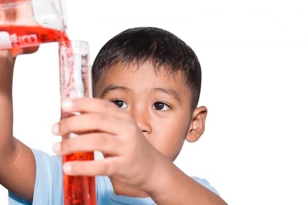 Ragazzino sveglio che fa esperimento di scienza, scienza istruzione, bambini asiatici e esperimenti scientifici Foto Premium