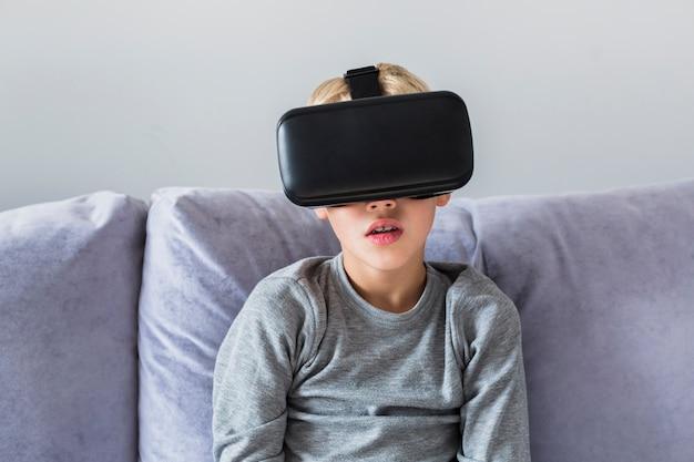 Ragazzino utilizzando occhiali per realtà virtuale Foto Gratuite