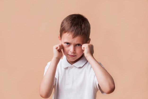 Ragazzo arrabbiato che batte il pugno per combattere Foto Gratuite