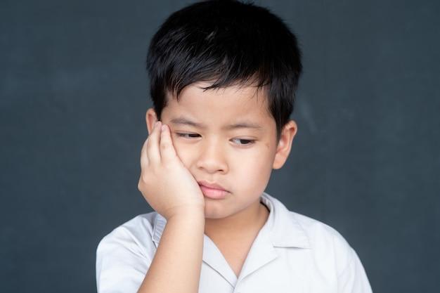 Ragazzo asiatico che mostra frustrazione e arrabbiato, isolato su priorità bassa nera. Foto Premium