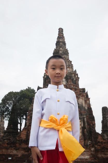 a2b85cdcfee1 Ragazzo asiatico che porta vestito tailandese in tempio antico Foto Premium