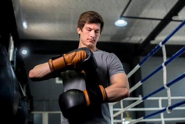 Ragazzo boxer in posa in palestra Foto Gratuite