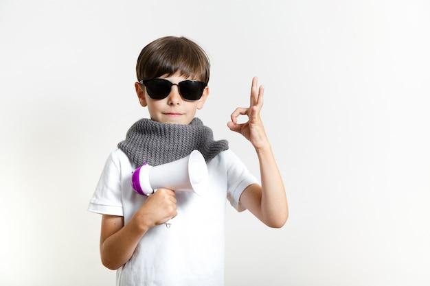 Ragazzo carino con occhiali da sole Foto Gratuite
