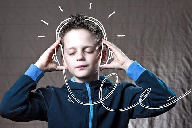 Ragazzo che ascolta la musica doodle cuffie e divertiti Foto Premium