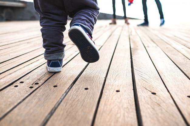 Ragazzo che cammina visto da terra Foto Premium