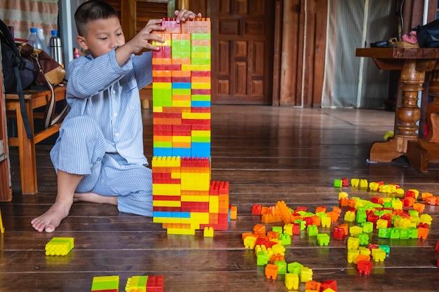Ragazzo che gioca puzzle giocattolo Foto Premium