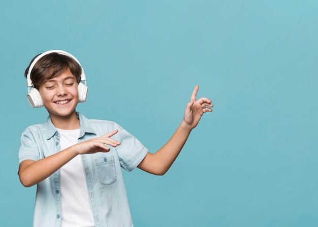 Ragazzo che gode della musica e della danza Foto Gratuite