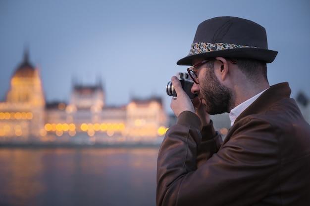 Ragazzo che indossa un cappello e scattare una foto Foto Premium
