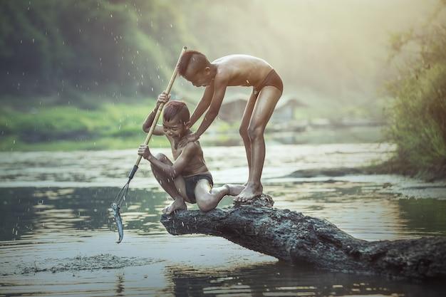 Ragazzo che pesca al fiume Foto Premium