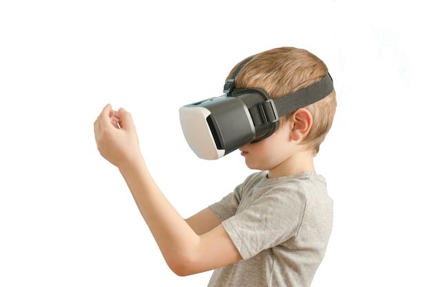 Ragazzo con gli occhiali della realtà virtuale. Foto Premium