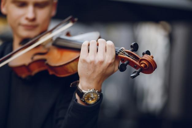 Ragazzo con violino Foto Gratuite