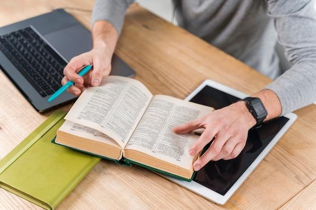 Ragazzo del primo piano che studia con il dizionario Foto Gratuite