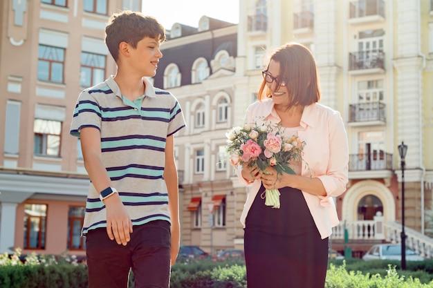 Ragazzo dell'adolescente che cammina con sua madre Foto Premium