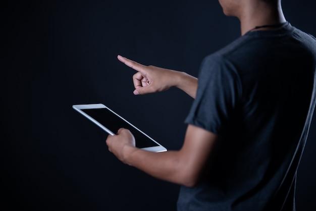 Ragazzo dello studente che per mezzo del computer portatile, apprendimento online, istruzione Foto Gratuite