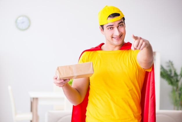 Ragazzo di consegna del supereroe con scatola Foto Premium