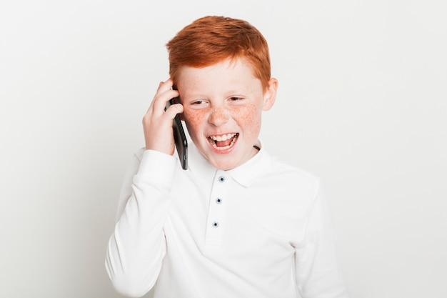 Ragazzo di zenzero che fa una telefonata Foto Gratuite