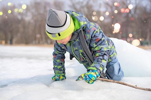 Ragazzo felice che gioca nella neve Foto Premium