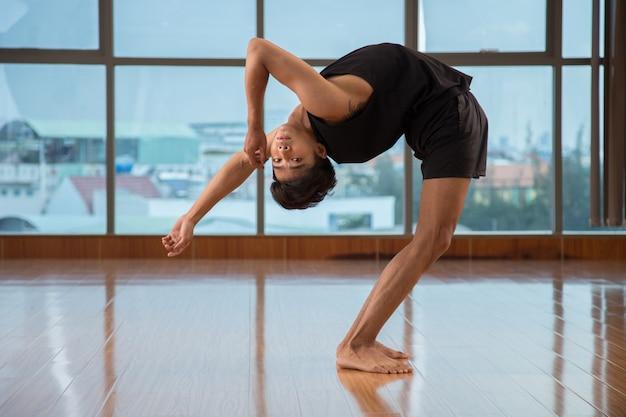 Ragazzo flessibile che balla in studio Foto Gratuite