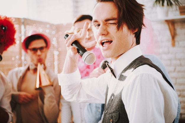 Ragazzo gay fa l'occhiolino alla telecamera. festa gay Foto Premium