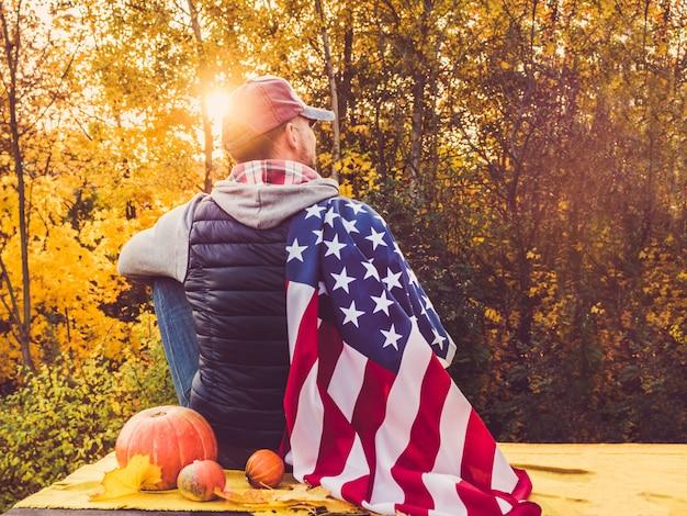 Ragazzo in possesso di una bandiera degli stati uniti. festa nazionale Foto Premium