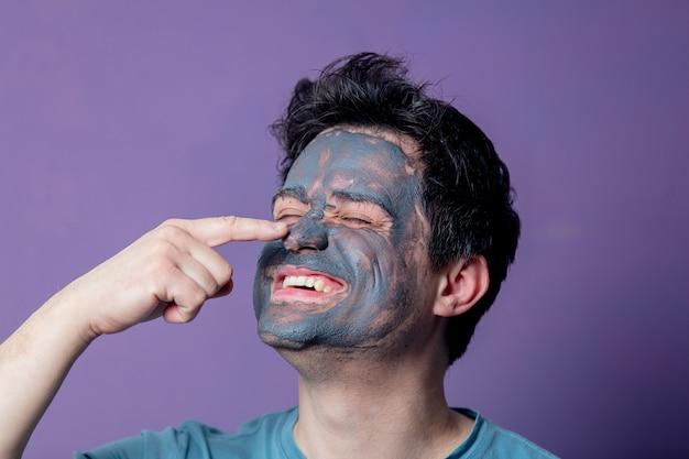 Ragazzo sorridente in una maschera per la cura del viso Foto Premium