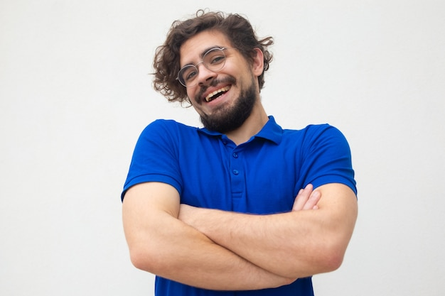 Ragazzo spensierato positivo con le braccia conserte che scrolla le spalle le spalle Foto Gratuite