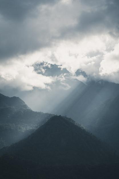 Raggi del sole sopra la montagna sa pa vietnam Foto Premium
