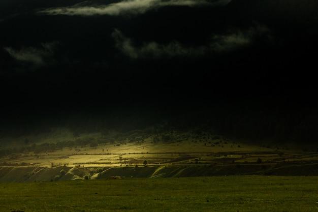 Raggio di luce solare in montagna. luce luminosa. bellissimo paesaggio del pendio della montagna Foto Premium