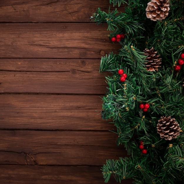 Rami dell'albero di natale su fondo di legno Foto Gratuite
